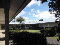 図2 Keck観測所。窓や芝生まで六角形になっています。
